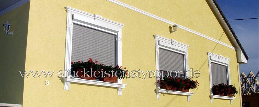 Fassadengestaltung Einfamilienhaus mit Fensterstuck und Sohlbank
