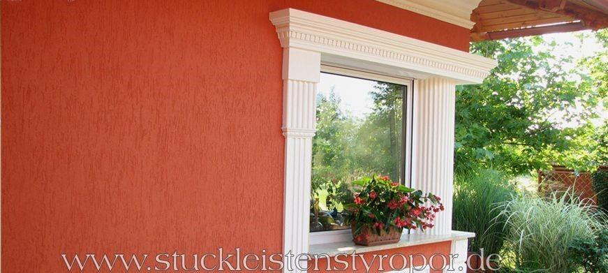 Fensterstuck mit griechischer Säule und komplettem Tympanon