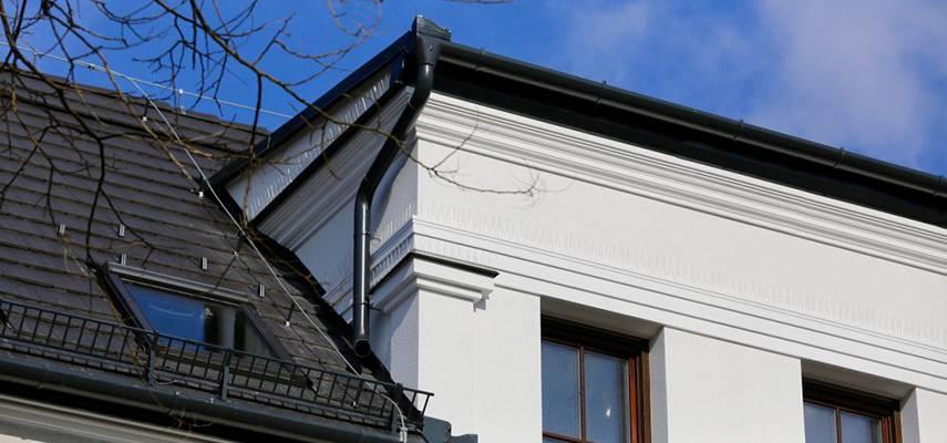 Gurtgesimse an der Fassade