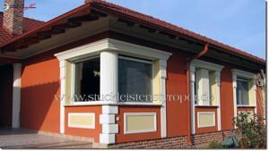 Kannelierter Säulenschaft und Bossensteine zur Eckgestaltung an einer Hausfassade
