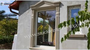 Fensterumrandung mit Giebel