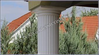 Beschichtetes und weiß gestrichenes Säulenkapitell
