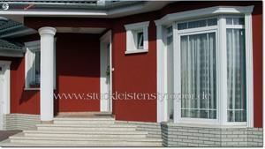 Hauseingang mit Säule und Fassadenprofilen