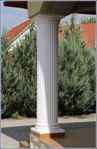 Beschichtete Säule aus Styropor weiß gestrichen