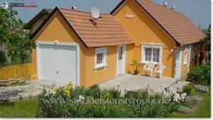 gelbe Hausfassade mit Fassadenstuck