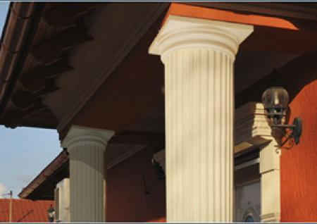 Vorbau mit Dekosäulen aus Styropor