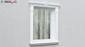 verzierte Fensterumrandung mit Schlussstein