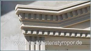 Tympanon mit Zinnenmuster an der Hausfassade