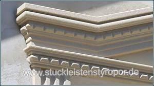 Fensterverzierung mit Tympanon und zinnenähnlichem Stuckmuster