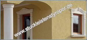 Fassadenstuck mit Dekosäule und Fensterumrandung