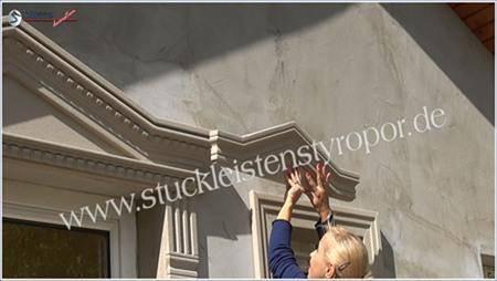 Dreieckbekrönung über L-förmigen Fassadenprofilen ankleben