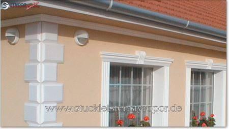 Fassadendekor mit Bossensteinen und Fensterumrandungen