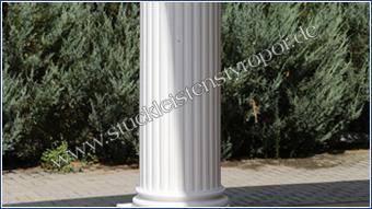 Weiß gestrichener, kannelierter Säulenschaft