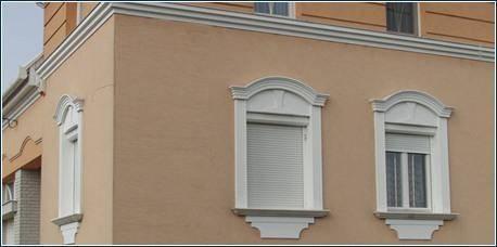 Fassadengestaltung mit flexiblen Stuckleisten für den Fenstersturz