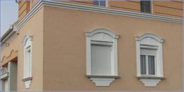 Flexible Stuckleisten und Fassadenprofile als Fensterumrandungen