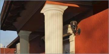 Beschichtete Dekosäulen mit dorischem Kapitell im Außenbereich
