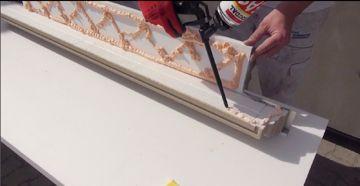 Kleber auf die Fensterbank auftragen