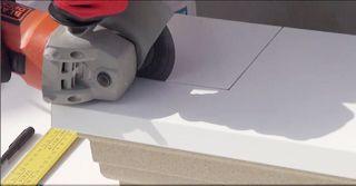 Mit Metalltrennscheibe Aussparung an Alu Fensterbank heraussägen