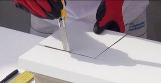 Styroporkern der Fensterbank mit dem Cuttermesser durchtrennen
