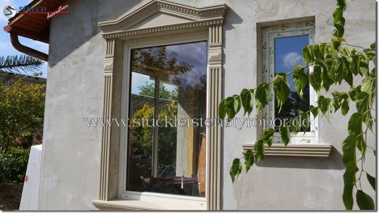 Fenstergiebel Dreieckbekrönung mit Fassadenprofil, Zierornamenten und Fensterbank