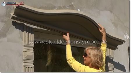 Kompletten Fenstergiebel am Fenstersturz anbringen