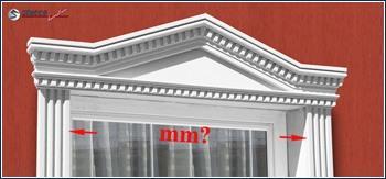 Tympanon am Fenstersturz und Fassadenprofile seitlich des Fensters