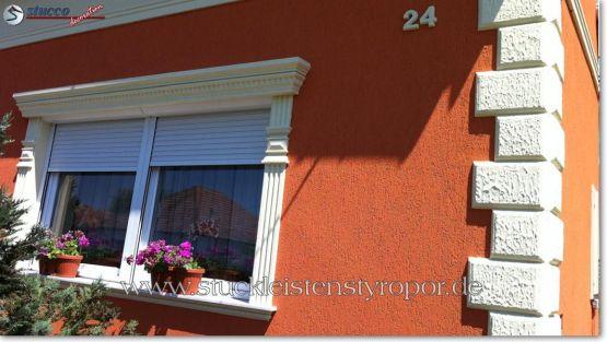 Gerader Fenstergiebel mit Fassadenprofil, Zierornamenten und Fensterbank