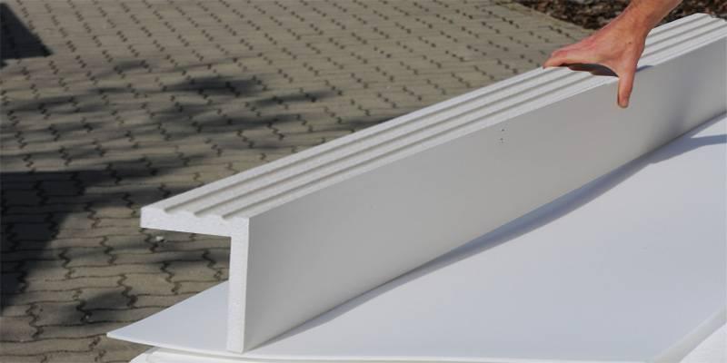 Fertige Fassadendekoration mit Fensterverzierung