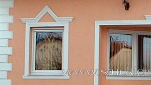 rosa Fassade mit Fassadenstuck