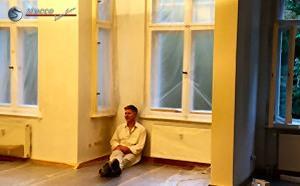 Andreas Pauli genießt das professionelle Ergebnis der selbsteingebauten Stuckleisten
