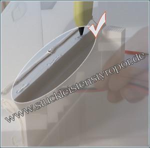 Professionelle Einbauhilfe: Heißkleber punktweise auf Styroporleisten auftragen