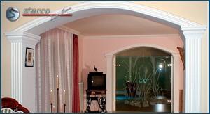 Mit Styroporstuck verzierter Durchgang im Wohnbereich