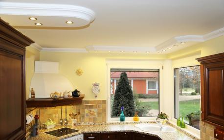 Beleuchtung mit Stuckleisten und LEDs in der Küche