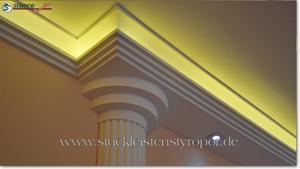 Wohnidee mit Stucksäulen und LED Beleuchtung