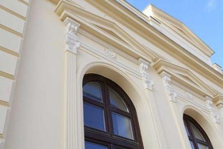 Sonderanfertigung für Fassadenstuck an einer Hausfassade