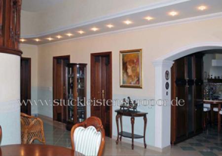 Esszimmer mit Stuckdecke und LED Beleuchtung