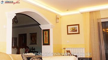 gemütliches Wohnzimmer mit indirekter Beleuchtung