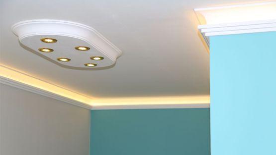 LED Deckenbeleuchtung Im Flur Mit Styroporleisten Und Einer Stucklampen