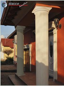 Beschichtete Säulenverkleidung und dorisches Kapitell