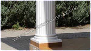 Beschichteter Säulenfuß an kannelierter Säule