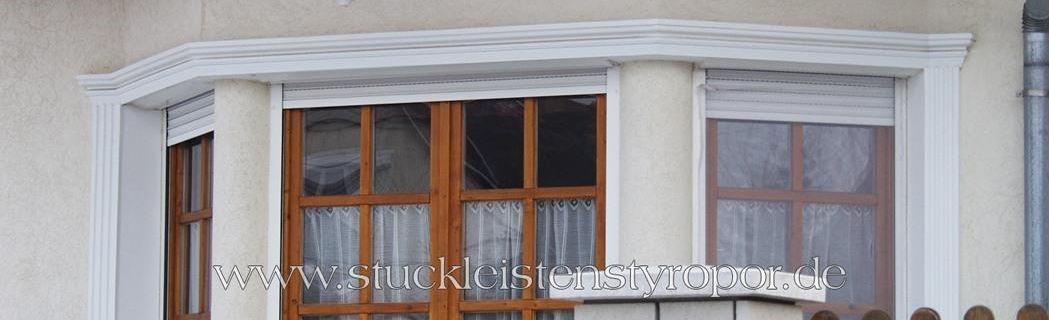 Fensterstuck und glatte Säulen